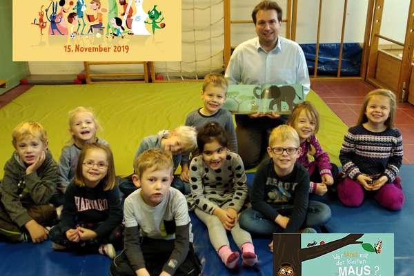 """Jens Wortmann ließt Kindern ein """"bewegtes"""" Buch vor"""