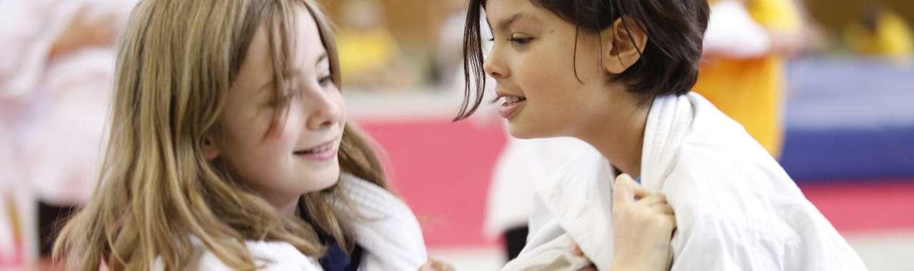 Headerbild Selbstverständnis der Sportjugend NRW: zwei Mädchen beim Sport