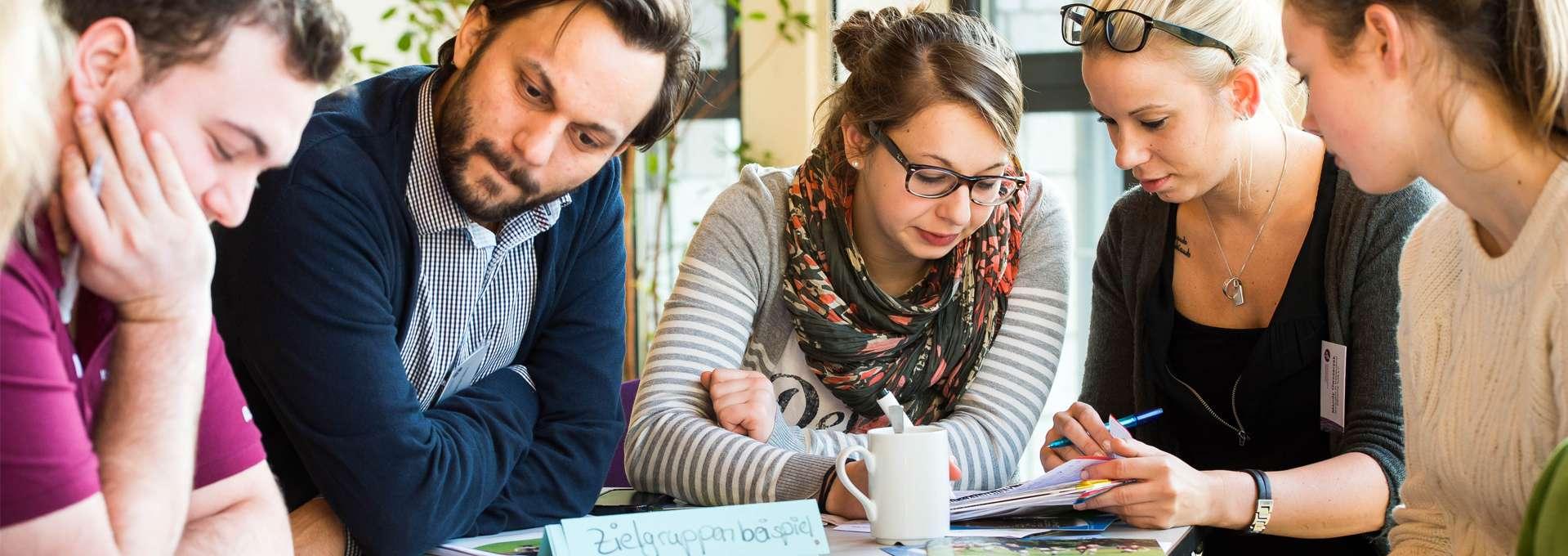 Headerbild Engagement für Bünde und Verbände: junge Diskussionsgruppe