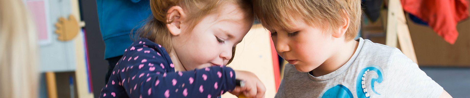 Headerbild Kindertageseinrichtungen: Junge und Mädchen beim Spiel in einer Kita