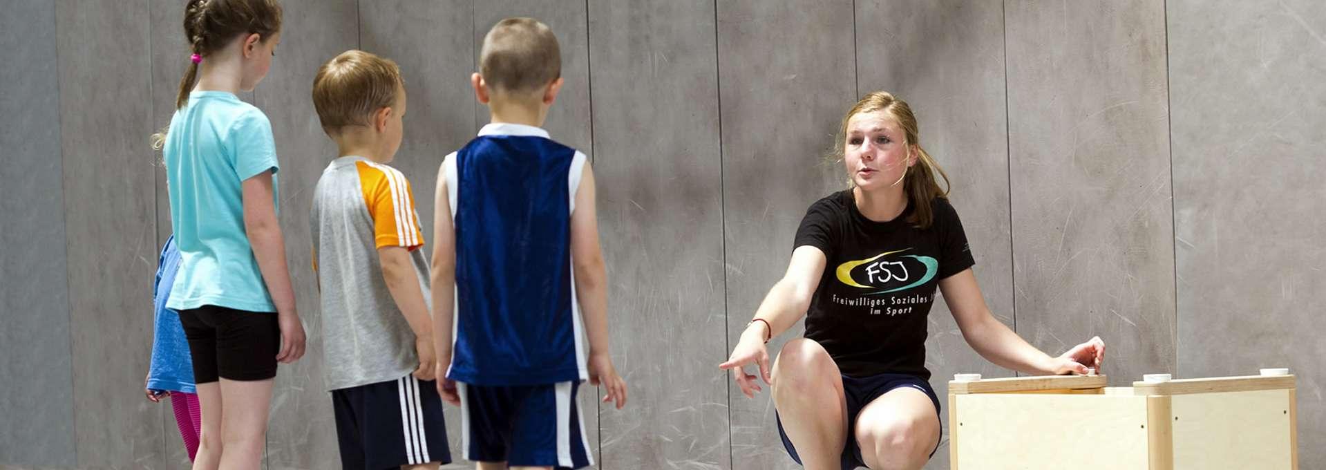 Footerbild ... für Jugendliche und junge Erwachsene: FSJ´lerin mit Kindergruppe