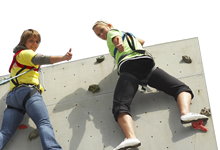 Übungsstundenbeispiele Praktisch für die Praxis: zwei Frauen in der Kletterwand
