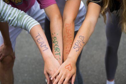 Hände von Jugendlichen