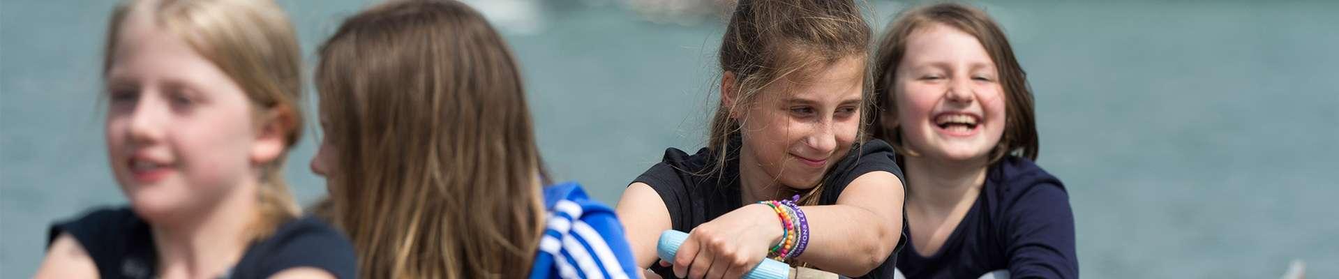 Headerbild Unser Engagement für Schulsport und Ganztag: Mädchen im Ruderboot