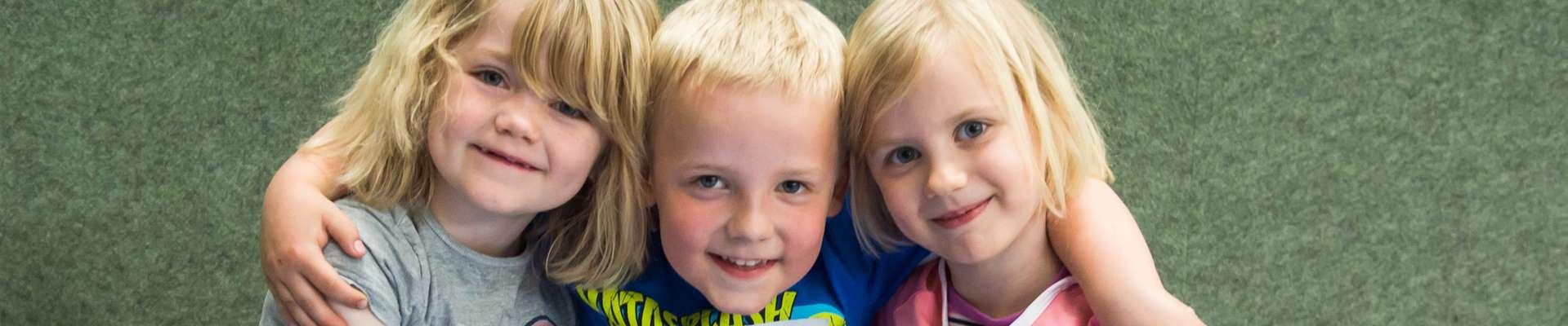 Headerbild NRW bewegt seine KINDER! Drei lachende Kinder