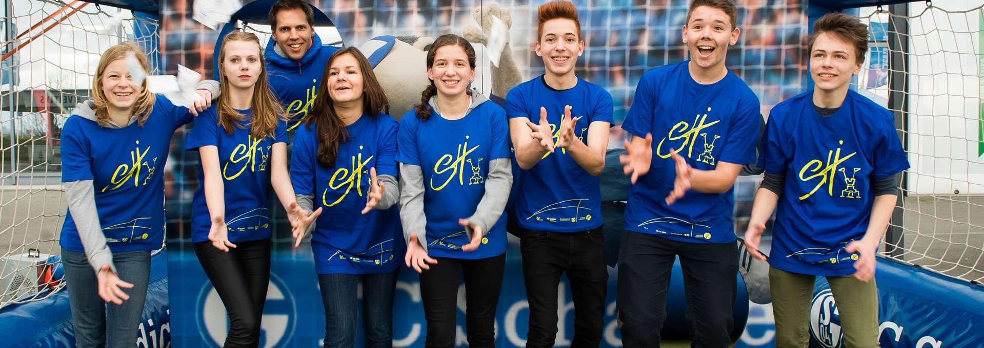 Headerbild Sporthelfer-Programm: Gruppe von Sporthelferinnen und Sporthelfern