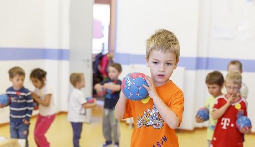 Spielende Kinder mit Ball